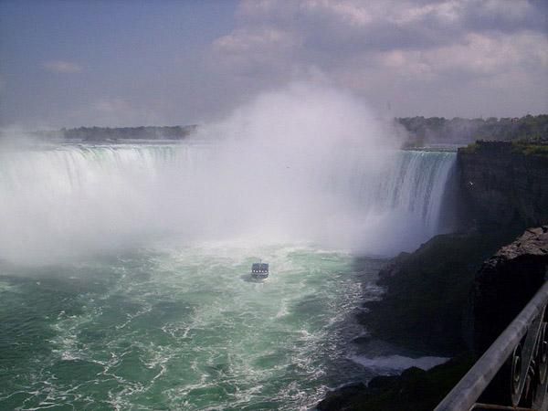 Ніагарський водоспад і корабель