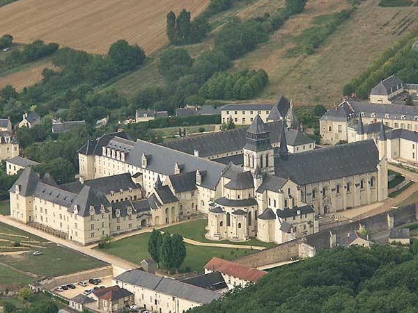 Замок у Франції Фонтевро