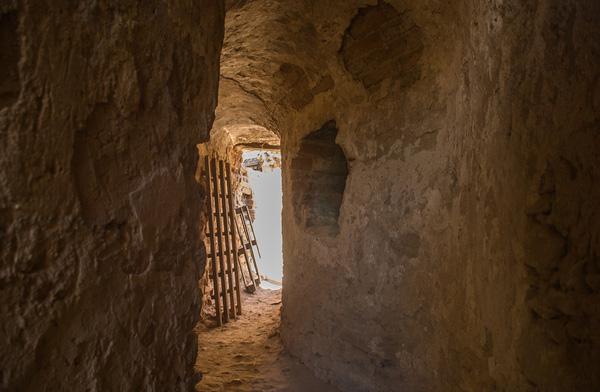 Меджибізький замок, прохід всередині муру