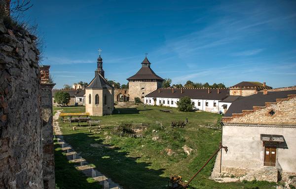 Меджибізький замок, площа всередині фортеці