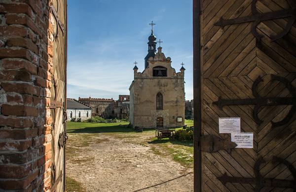 Меджибізький замок, вид на площу з церквою