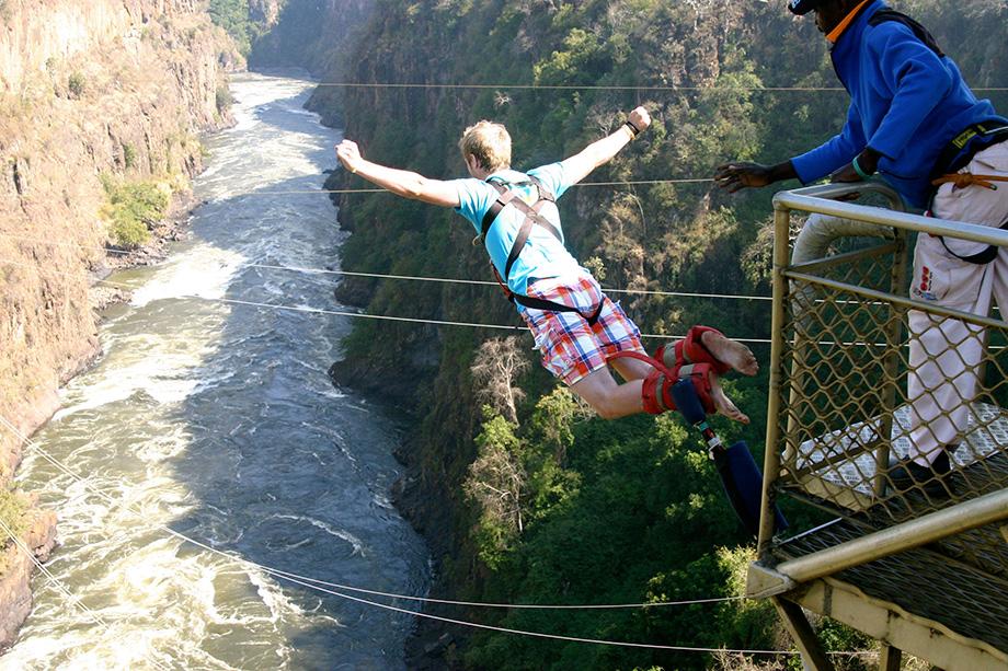 Стрибок з банджі на Водоспаді Вікторія